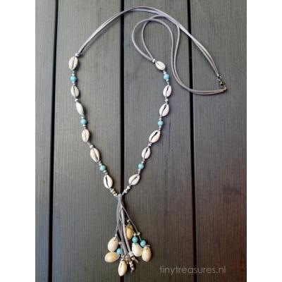 schelpen ketting in zilvergrijs en zacht blauw