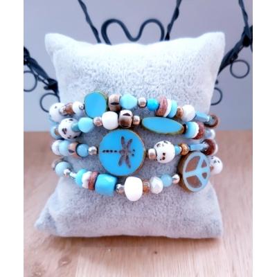 kralenarmband in lichtblauw/ wit (KLEINE MAAT)